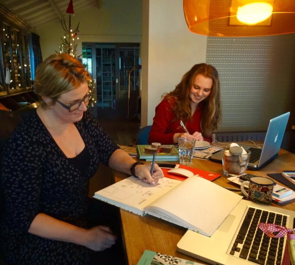 Nynke en Iris aan het werk